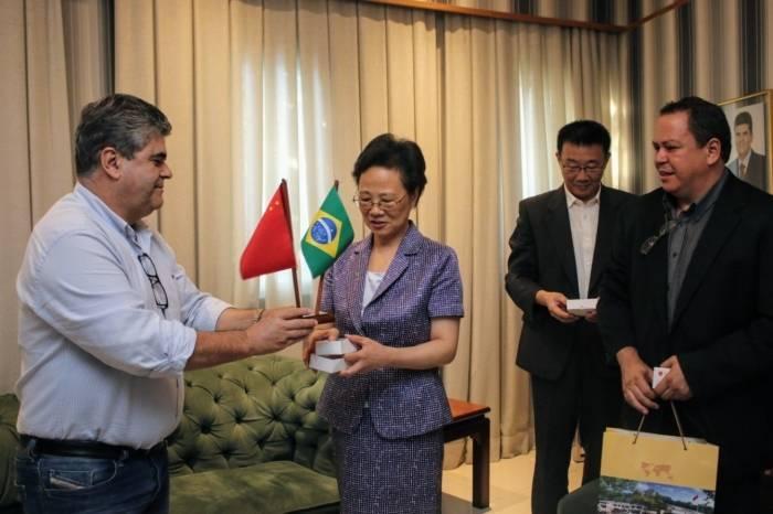 Houve uma troca de lembranças do Brasil e da China entre Lian Liming e Washington Reis