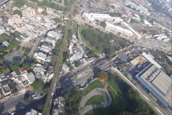 Imagens do Centro de Operações da Prefeitura mostram congestionamento em frente ao Centro de Tratamento de Encomendas em Benfica, na Zona Norte