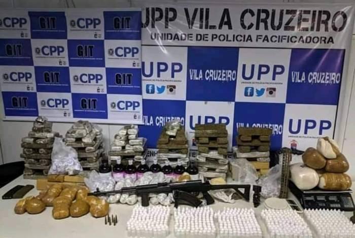 Além de grande quantidade de drogas, policiais apreenderam também armas e radiotransmissores