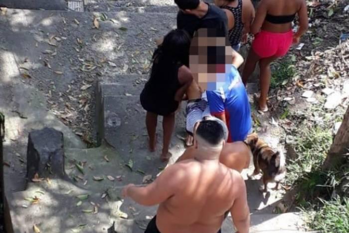 Moradores socorreram jovem baleado