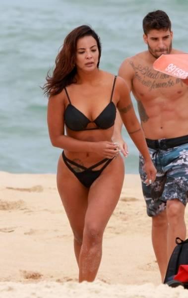 Carol Nakamura sensualiza em dia de praia e surfe com amigos