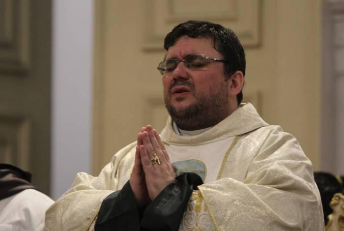 Padre Geovane: oração em tom imperativo, mas esperançoso