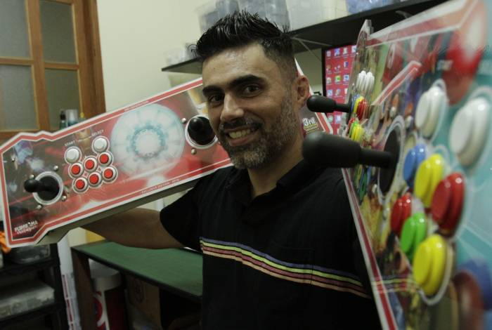Andre Rodrigues fabrica fliperamas há três anos