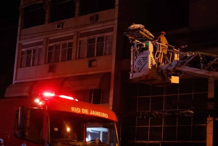 Um paciente de maca teve que ser retirado do prédio com a ajuda de uma escada do Corpo de Bombeiros