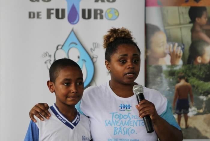 A ginasta Daiane dos Santos fala aos alunos do Colégio Engenho da Praia, em Macaé, sobre a importância do saneamento básico e da preservação dos recursos hídricos, no projeto Gotas de Futuro