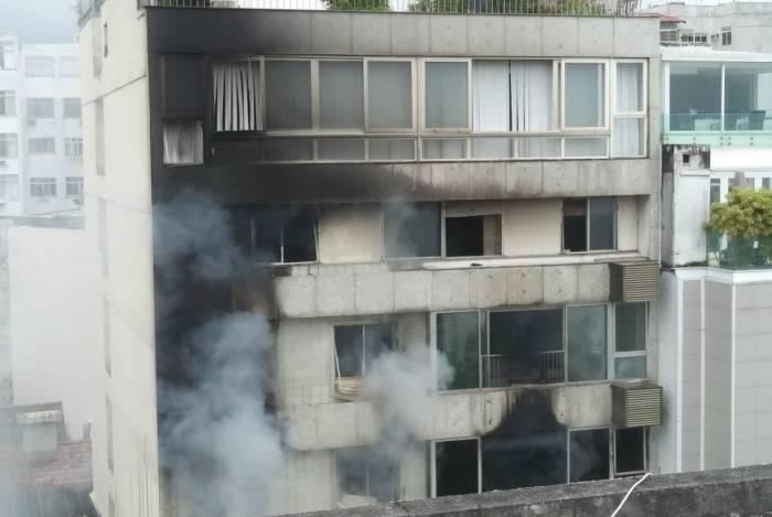 Fachada do prédio em Ipanema ficou marcada pelo fogo e fumaça