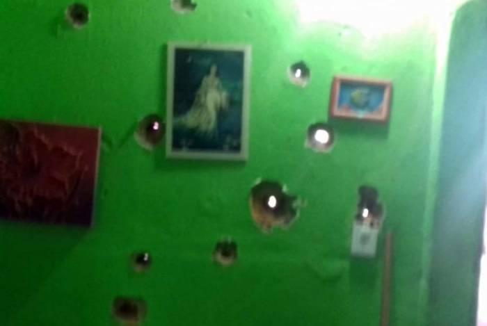 Parede de uma casa ficou com diversas perfurações de balas