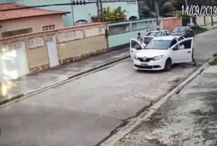 Vítimas são abordadas por criminosos, em Campo Grande