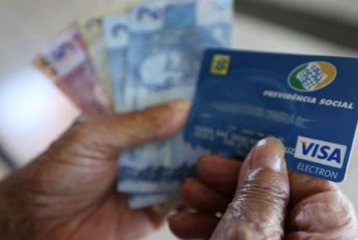No Brasil, 34 milhões de pessoas recebem benefícios previdenciários vinculados à correção do salário mínimo