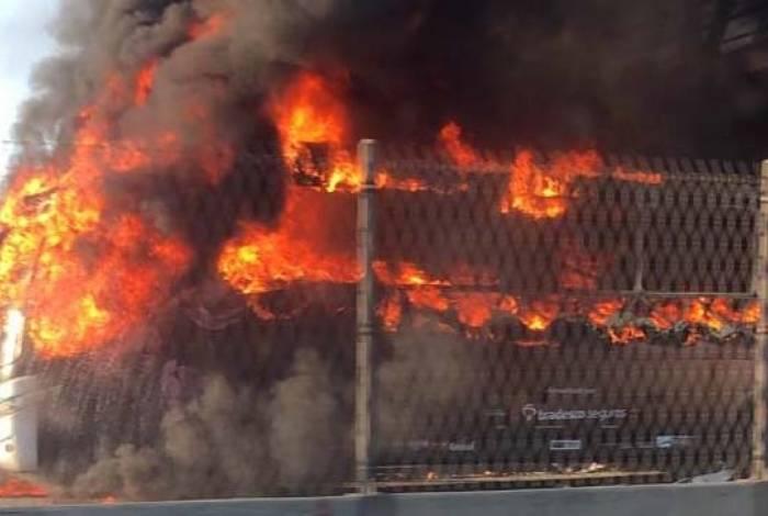Ônibus pegou fogo na altura de Del Castilho no sentido Fundão