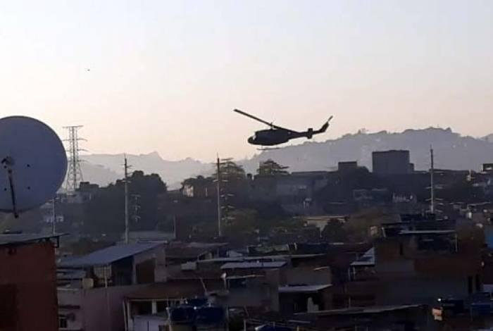 Um helicóptero da Polícia Civil participa da operação na região