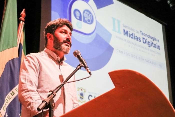 O secretário de Educação de Campos, Brand Arenari, discursa na abertura do Seminário de Tecnologia e Mídias Digitais e da Feira de Educação, Inovação e Tecnologias