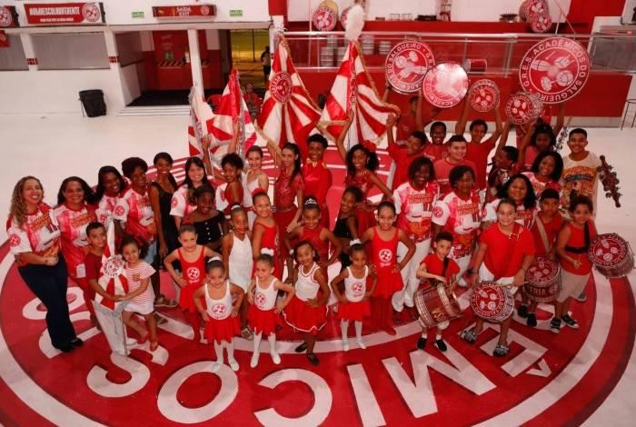Com o projeto social 'Salgueirar vem de criança', a escola da Tijuca atende 500 crianças de 5 a 17 anos em aulas como balé e percussão