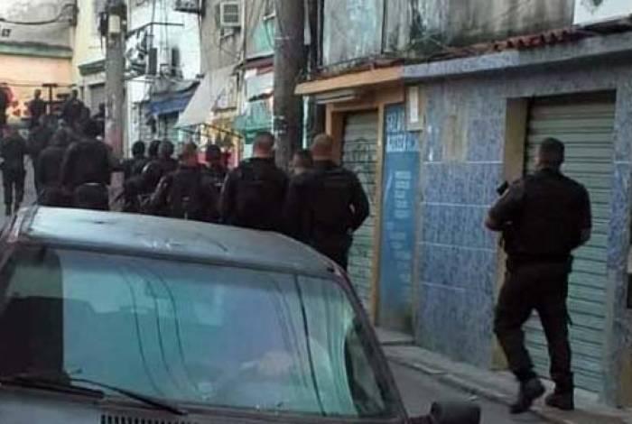 Os policiais chegaram ao conjunto de favelas da Zona Norte no início da manhã