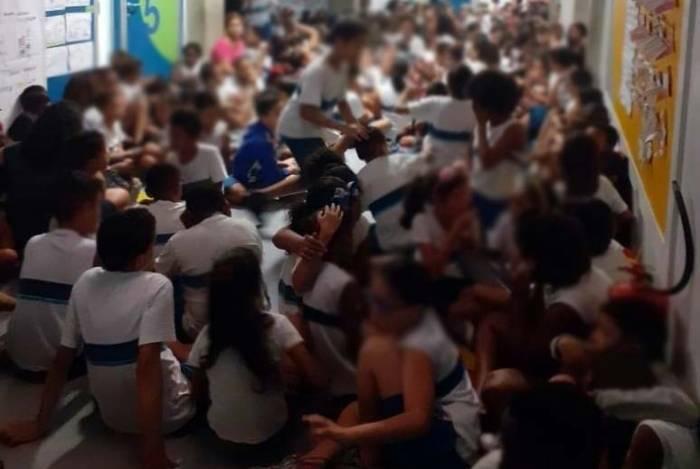 Estudantes se protegem dos tiros no Complexo da Maré