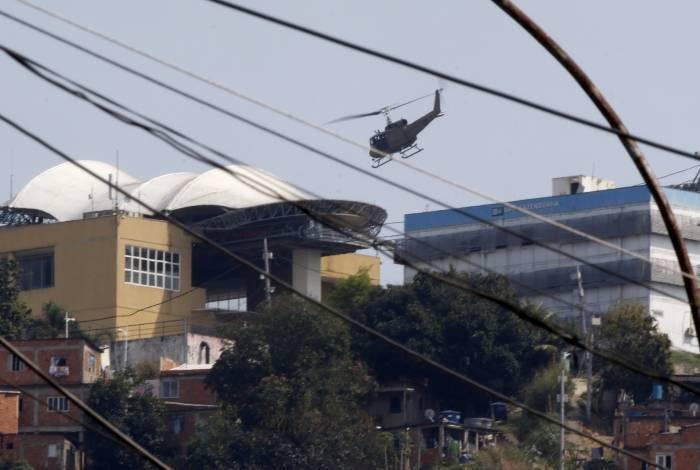 Helicóptero da PM sobrevoa o teleférico do Complexo do Alemão