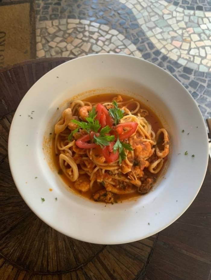 LF Café: espaguete ao molho pomodoro com camarões, lula e mexilhão