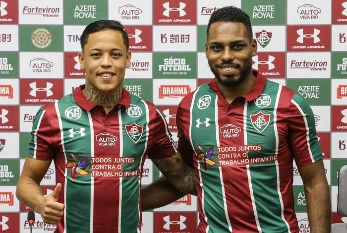 Apresentados pelo clube, o lateral-esquerdo Orinho (E) vai vestir a camisa 22 do Fluminense e o zagueiro Luccas Claro ficará com a de número 4