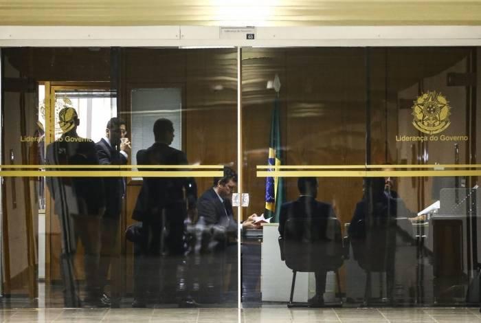 Resultado de imagem para PF cumpre mandados em gabinetes do líder do governo e de seu filho