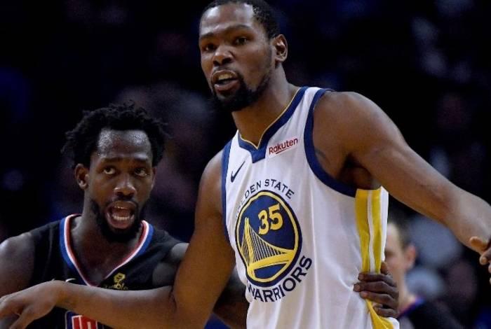 Patrick Beverley marca Kevin Durant na partida entre Los Angeles Clippers e Golden State Warriors, jogo da última temporada da NBA
