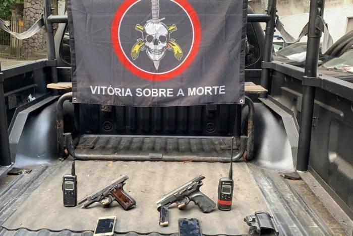 Dois suspeitos ficaram feridos e socorridos ao Hospital Souza Aguiar em operação do Bope no Morro dos Prazeres, em Santa Teresa. Duas pistolas e dois radiotransmissores foram apreendidos