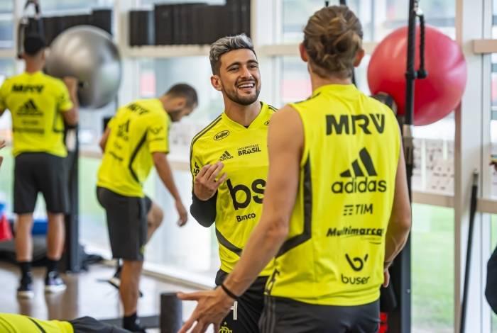 Arrascaeta e Filipe Luís conversam em treino do Flamengo