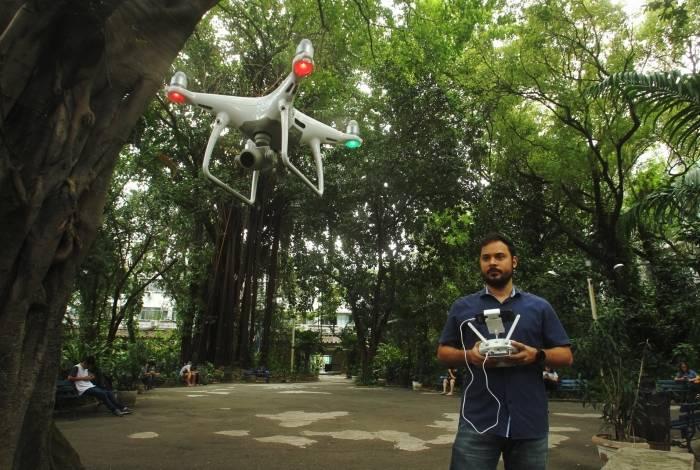 Gabriel Matos Araújo, professor do Cefet, opera drone dotado de inteligência artificial e capaz de reconhecer possíveis focos do mosquito