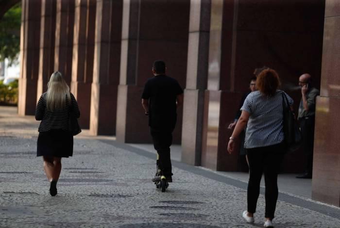 Usuários de patinetes circulam diariamente pelas calçadas do Centro do Rio sem fiscalização