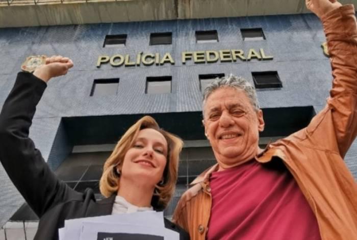 Chico Buarque e a jurista Carol Proner visitaram Lula na prisão