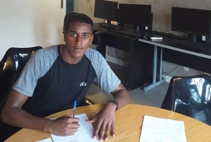Diogo assinando seu contrato com o Flamengo