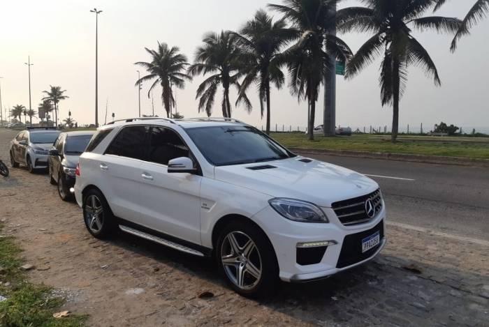 Um carro de luxo foi apreendido, ontem, na Barra da Tijuca