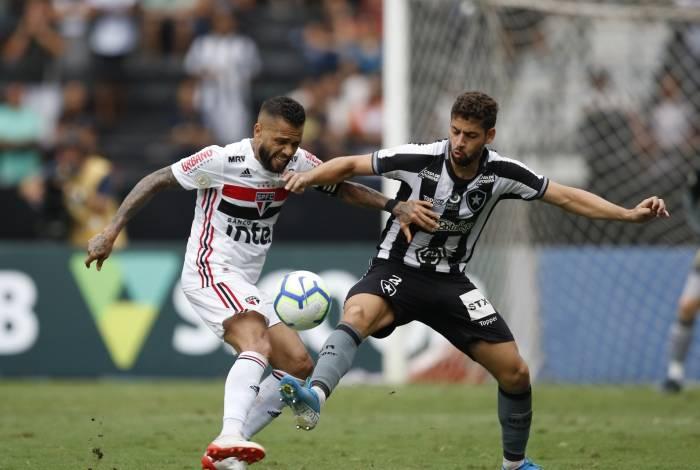 Tricolor Daniel Alves disputa bola com zagueiro Gabriel; defesa do Botafogo cometeu falhas