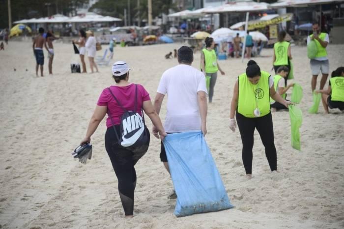 Ativistas recolheram mais de 460 kg de lixo na Praia de Copacabana