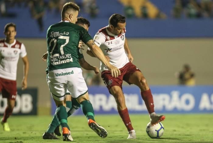 Nenê protege a bola e impede a aproximação de Fábio Sanches: o meia teve atuação apática em Goiânia