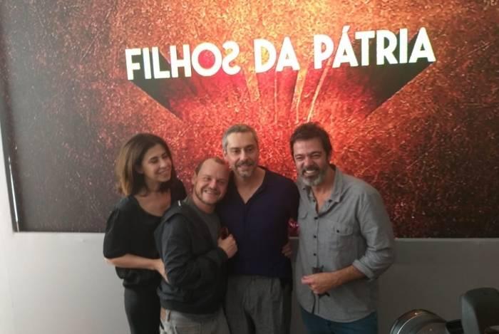 Fernanda Torres, Matheus Nachtergaele, Alexandre Nero e Bruno Mazzeo nos bastidores do lançamento da segunda temporada da série 'Filhos da Pátria'