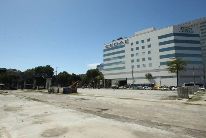 Terreno ao lado do prédio-sede da Cedae, que pertence à Prefeitura, começou a ser preparado, em 2012, para ser a nova sede do TRE. Segundo denúncia, mais de R$ 12 milhões foram desperdiçados dos órgãos públicos, mas nada saiu do papel
