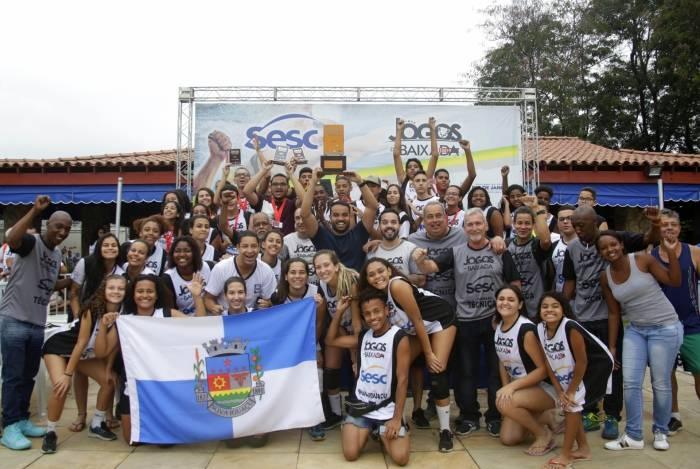 Delegação iguaçuana fez a festa ao receber o troféu de campeão geral da 22ª edição dos Jogos da Baixada