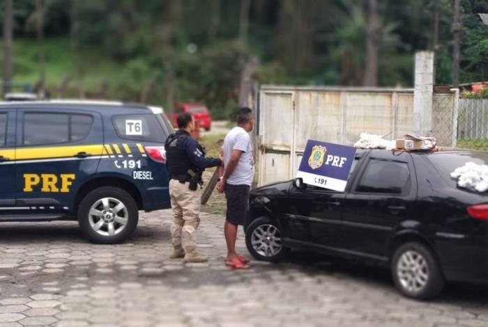 Agentes prendem casal que levava no carro o filho de 1 ano e milhares de pinos de cocaína, na BR-040, em Petrópolis