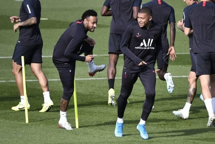 Neymar e Mbappé participam do treino: brasileiro chegou mais tarde