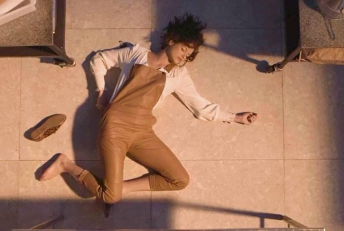 Fabiana empurra Josiane da janela em 'A Dona do Pedaço'