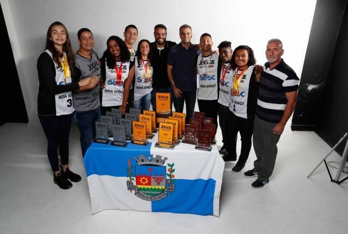 Ao lado do prefeito Rogério Lisboa e do secretário Alexandre Batista, atletas e professores exibem conquistas do município durante a 22ª edição dos Jogos da Baixada
