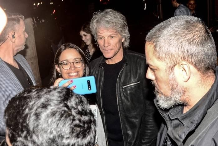 Jon Bon Jovi posa com fãs na porta de restaurante de São Paulo