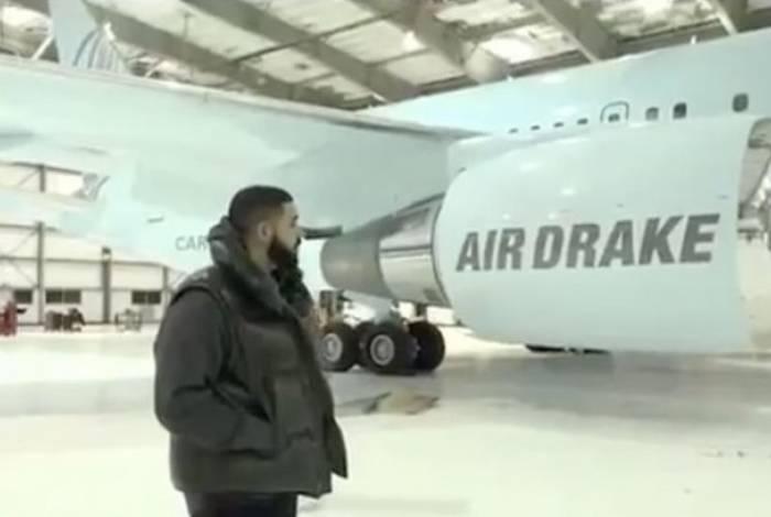 Drake exibe sua nova aquisição: um um boeing 767-24, apelidado de 'AirDrake'