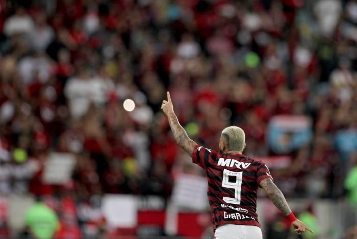 No ano mais artilheiro da carreira, Gabigol celebra o gol de pênalti contra o Internacional
