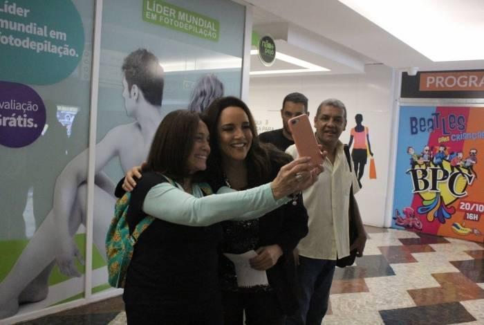 Ana Carolina e Susana Vieira se encontram em shopping de São Paulo