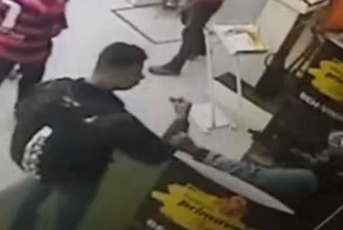 Vídeo mostra sargento sendo puxado por criminoso para fora da loja