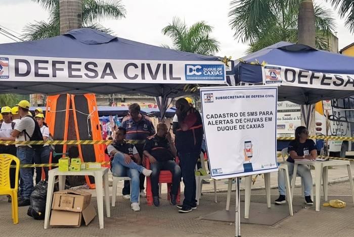 Tendas da Defesa Civil cadastram celulares de moradores para que estes recebam alertas sobre chuvas via sms