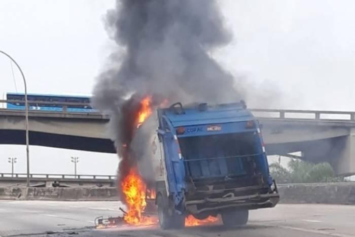 Caminhão de lixo pegou fogo