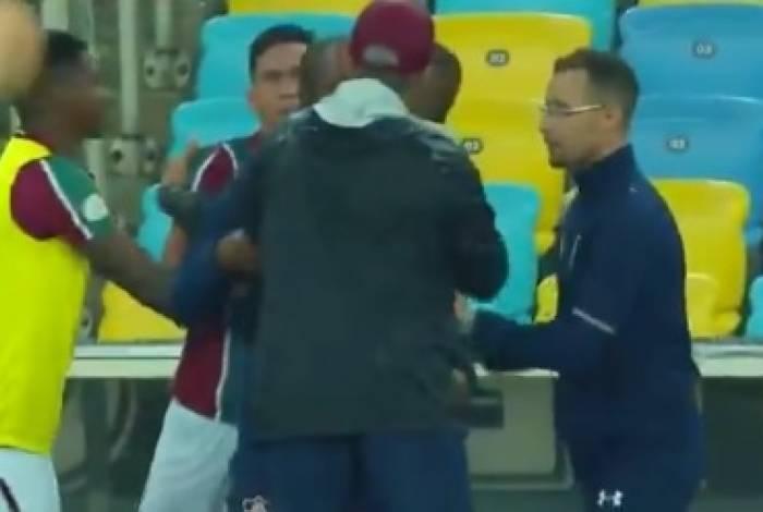 Ganso discutiu com Oswaldo à beira do campo