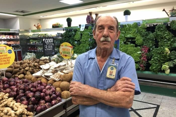 Geraldo Serenário tem 80 anos e trabalha desde os 77 como auxiliar de operações no Prezunic, após muita busca por uma oportunidade